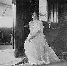 Alexandra Feodorovna, Belle Epoque, Familia Romanov, Queen Victoria Prince Albert, Anastasia Romanov, Tea Gown, House Of Romanov, Tsar Nicholas Ii, Imperial Russia