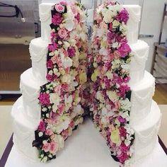 Simplemente hermoso pastel partido a la mitad decorado con rosas