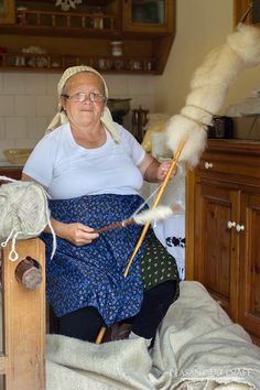 """Spinning Thick Yarn in Romania - also called """" îndrugat """""""
