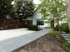 Het pad naar de voordeur ligt er eindelijk in. Het stuk aan het huis ligt op balken, de rest op de ondergrond van yalibims met een laagje zand. www.houdijkstijltuinen.nl