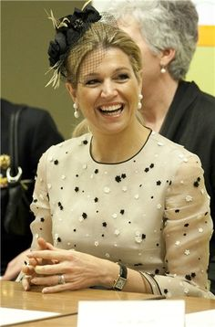 Máxima Zorreguieta, sonriente de blanco y negro