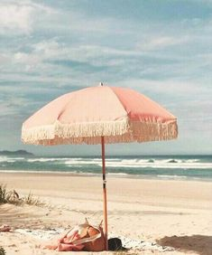 Parasol rose sur la plage / Pink parasol on the beach Summer Vibes, Summer Feeling, The Beach, Beach Day, Summer Beach, Summer Picnic, Ibiza Beach, Beach Picnic, Beach Relax
