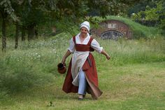 Tudor Maid and Icehouse, Kentwell 1578 | Nice front-opening kirtle & stomacher