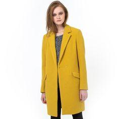Le manteau SEE U SOON 50% laine, 50% polyester, doublure 100% polyester. Col tailleur. Fermeture boutonnée. Devant croisé. 2 poches à rabat côtés. Longueur 90 cm.