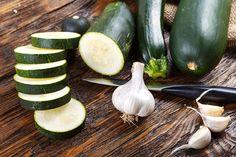 Sezóna cuket je tady: Zavařujte, pečte, zamrazujte. Poradíme, jak cukety uchovat i na zimu   BydlímeKvalitně.cz Zucchini, Gardening, Vegetables, Food, Lawn And Garden, Essen, Vegetable Recipes, Meals, Yemek