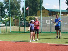 Podczas obozu tenisowego bierzemy udział w zajęciach z profesjonalnymi instruktorami tenisa. #tenis #sport #instruktor #wakacje #słońce