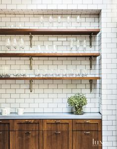 Historic New York City Brownstone with Eclectic Interiors: Design Insight from the Editors of Luxe Interiors + Design Interior Design Kitchen, Modern Interior Design, Modern Interiors, Luxury Interior, Home Design, Kitchen Shelf Inspiration, Kitchen Ideas, Kitchen Decor, Smart Kitchen