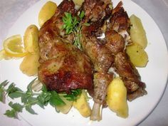 Το κατσικάκι λαδορίγανη είναι παραδοσιακό ελληνικό φαγητό ιδανικό να μαζέψει όλη την οικογένεια γύρω από το τραπέζι. Δείτε ...