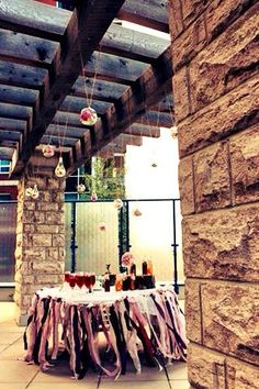 A beautiful way to dress up an urban terrace. Homemade Iced Tea, Bridal Shower Tea, Vintage Tea, High Tea, Glass Bottles, Terrace, Tea Cups, Urban, Dress