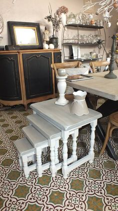 TABLE GIGOGNE patines-anciennes 788 rue morimetz 59226 rumegies 0649882066 Claude, Recycled Furniture, Rue, Decoration, Chalk Paint, Entryway Tables, Recycling, Decor Ideas, Living Room