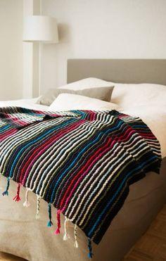 Kodikas peitto värikkäillä raidoilla – katso helppo ohje - Kotiliesi.fi Blanket, Sewing, Bed, Crafts, Dressmaking, Manualidades, Couture, Stream Bed, Stitching