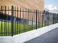 A valuable contribution to the Heras range, the Orpheus bar fence is new in our range of security solutions. Front Yard Fence, Pool Fence, Fence Gate, Modern Landscaping, Backyard Landscaping, Compound Wall Design, Modern Fence Design, House Gate Design, Boundary Walls