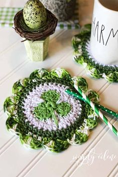 Creative Decorations for St Patricks Day Picture 6 Crochet Art, Crochet Gifts, Crochet Motif, Crochet Patterns, Crochet Ideas, Crochet Projects, St Patricks Day Pictures, Green Kitchen Decor, Crochet Hot Pads