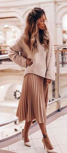 Nice 60 Classy And Casual Pleated Skirts Outfits Design Ideas. More at https://trendwear4you.com/2018/03/26/60-classy-and-casual-pleated-skirts-outfits-design-ideas/