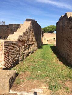 Steegje tussen huizen in Ostia