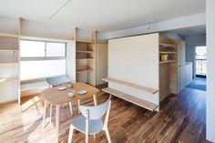 50㎡程のマンションの改修である。部屋の中心に高さ1820mmの造作物を配置して、寝室・ワークスペース・収納を取り込みつつ、全体として回遊性のある構成をつくり出した。この造作物の壁厚は41mmにしているが、建具も同じ厚みにしており、家具と建具の間のような存在として緩やかな流れのある場所を生み出している。