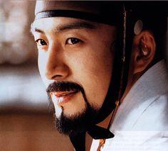 Bae yong joon - pakaian traditional korea... hmmm emang dasarnya ganteng.... tetap aja enak dilihat dengan berbagai macam karakter