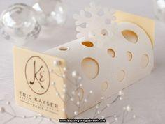 Bûche polaire d'Eric Kayser : blanche comme neige.  Composition : mousse légère aux agrumes de Noël, compotée de fruits de saison : pommes, poires, oranges, figues et abricots séchés, savoureuse pâte sablée aux 4 épices, coque en chocolat blanc et flocon en sucre.