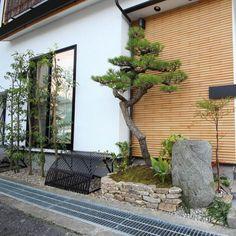 狭小空間を活かした坪庭のような門周りを演出。京都町家の料理屋を思わすようなデザイン。現在では制作されていない飛鳥石の水鉢がチャームポイントです。建物はSunHousingさん。アイアンの手すり、ドア、駒寄せはHITTITさんの作品です