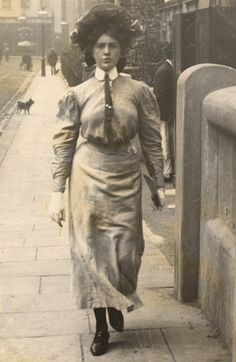 A young woman wearing a tall collared blouse, with a necktie – a style adapted from menswear. | 13 Photos Of London Street Style From 1905-1908