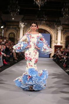 La diseñadora presenta 'Cuando nadie me ve' una colección en la que ha reinventado los patrones clásicos desestructurando el vestido de flamenca. Spanish Fashion, Spanish Style, Nice Dresses, Formal Dresses, Awesome Dresses, Spanish Dancer, Costumes Around The World, Flamenco Dancers, Traditional Dresses