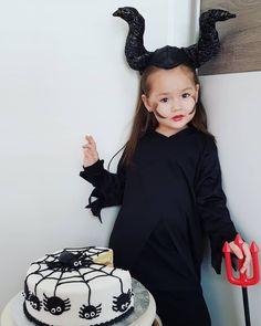"""Gefällt 143 Mal, 8 Kommentare - Yesui👧👑 (@yesui.anu) auf Instagram: """"Happy Halloween!🖤 little Maleficent🕷🖤"""" Maleficent, Happy Halloween, Instagram"""