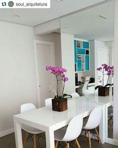 Sala de jantar pequena e cheia de charme. Mesa e cadeiras brancas com acabamentos modernos e espelho na parede deram o toque especial ao pequeno ambiente. O ponto de cor fica por conta da orquídea colorida no centro da mesa. Projeto e execução da @soul_arquitetura #blogmeuminiape #meuminiape #apartamentospequenos #ambientesreais #sala #saladejantar #salapequena #designdeinteriores #decoração Home Upgrades, Home And Living, Living Room, Diy Design, Interior Design, Dinning Table, Architect Design, Small Apartments, Decoration