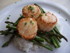 south beach: seared jumbo scallops with cauliflower puree & grilled asparagus Seafood Dishes, Seafood Recipes, Diet Recipes, Cooking Recipes, Healthy Recipes, Skinny Recipes, Healthy Options, Healthy Meals, Healthy Cooking