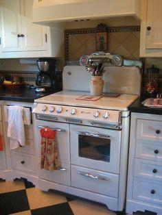 Vintage kitchen O'Keefe & Merritt stove - Kitchen Ideas Vintage Kitchen Appliances, Kitchen Stove, Old Kitchen, Country Kitchen, Kitchen Dining, Kitchen Decor, Cottage Kitchens, Home Kitchens, Retro Kitchens