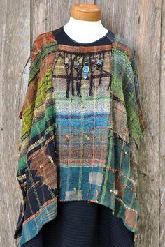Saori style handwoven Ruana Saori style handwoven by mimisfunstuff Weaving Art, Loom Weaving, Hand Weaving, Finger Weaving, Peg Loom, Fibre And Fabric, Silk Wool, Boho Gypsy, Refashion