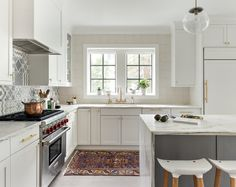 Birgitte Pearce Design Grey Kitchen Island, Gray And White Kitchen, Eat In Kitchen, Gray Island, Kitchen Rustic, Luxury Kitchen Design, Best Kitchen Designs, Interior Design Kitchen, Modern Interior