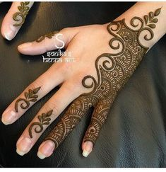 Simple Mehendi designs to kick start the ceremonial fun. If complex & elaborate henna patterns are a bit too much for you, then check out these simple Mehendi designs. Latest Arabic Mehndi Designs, Mehndi Designs For Girls, Mehndi Designs For Beginners, Modern Mehndi Designs, Mehndi Design Pictures, Mehndi Designs For Fingers, Latest Mehndi Designs, Arabic Mehndi Designs Brides, Indian Mehndi Designs