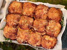 Pizzaboller med tomatsaus, ost og oregano Mozzarella, Cheddar, Food And Drink, Pizza, Cooking Recipes, Baking, Ethnic Recipes, Cheddar Cheese, Chef Recipes