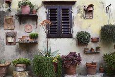 お庭が綺麗だと、家全体の印象も変わります。買ってきた植木鉢をそのまま置くだけでは味気ない印象ですが、ほんの少し工夫すれば魅力的なガーデンが作れますよ。庭が狭くても、ベランダガーデンだけの方でも、気軽に取り入れられるアイディアと、庭仕事が楽しくなるグッズを集めてみました!