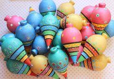 """Uma lembrancinha muito legal!!  Um dos brinquedos mais antigos e que fazem a alegria de adultos e crianças é também uma excelente opção para presentear os convidados de uma festa infantil.  O """"velho"""" pião de madeira, pintado à mão, Pode ser pintado nas cores do tema da festa  Acompanha fieira de ..."""