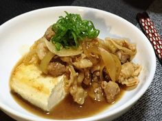 『これなら豆腐1丁でもいけるよ。』と、口を揃えて言われたのが肉豆腐と豆腐ステーキを掛け合わせてみた、『肉豆腐ステーキ』。ごはんのおかずにもなる、豆腐が主役のレシピです♡ 豆腐がごちそう!肉がけ豆腐ステーキ。レシピ(MEG♀) Easy Cooking, Cooking Recipes, Healthy Recipes, Cooking Pork, Good Food, Yummy Food, How To Cook Pork, Cooking Instructions, Japanese Food