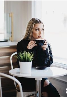 Photography Tutorial and Ideas Coffee Shot, Coffee Drinks, Coffee Cups, Good Morning Coffee, Coffee Break, Coffee Shop Photography, Poses References, Coffee Girl, Portraits