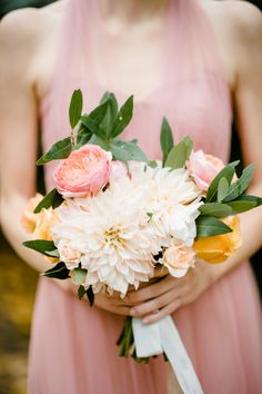 Peachy dahlia + garden rose bouquet: http://www.stylemepretty.com/little-black-book-blog/2016/03/01/rustic-rainy-north-carolina-fall-wedding/ | Photography: Caroline Lima - http://carolinelimaphotography.com/