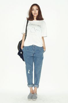 Plain shirt with rolled up boyfriend jeans and toms ♡