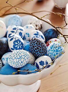 Uova di Pasqua decorate nelle tonalità del blu con fiori e mosaici