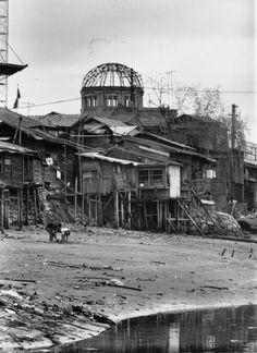 原爆が落とされたあと、人々はどう生きたのか。被爆後の広島を収めた写真たち Atomic Bomb Hiroshima, Hiroshima Japan, Nagasaki, Retro Pictures, Old Pictures, Old Photos, Vintage Photos, Memories Faded, Japanese Landscape
