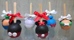 Maçã do Amor Turma do Mickey. Lindas e saborosas maçãs cobertas com chocolate. Decoração em pasta americana. Pode ser embalada em celofane e fita de cetim.