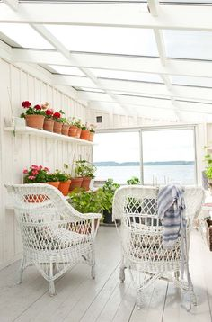 Sjöstuga med inglasad veranda invid strandkanten på Munkholmsvägen 8B - Fastighetsbyrån i Sigtuna