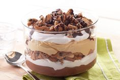 Serve up our delicious Chocolate-Raspberry Trifle recipe. This Chocolate-Raspberry Trifle is the perfect combination of dessert flavors and textures. Chocolate Trifle Desserts, Just Desserts, Delicious Desserts, Yummy Food, Dessert Healthy, Receita Trifle, Desserts Printemps, Chocolate Peanut Butter, Chocolate Pudding