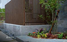 木目調アルミ縦格子 Japanese Plants, Gabion Wall, Boundary Walls, Fence Design, Outdoor Furniture, Outdoor Decor, Canopy, Backyard, House Design