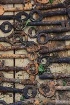 rusty keys - bury keys in dirt for a year with some salt to speed up rusting and your patience is rewarded with all this delightful texture. via Hanna at CharmingRecycling Under Lock And Key, Key Lock, Antique Keys, Vintage Keys, Knobs And Knockers, Door Knobs, Deco Nature, Old Keys, Peeling Paint