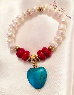 Pulsera elaborada en piedras naturales perlas de río coral y un hermoso corazón de turquesa