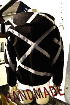 So, diese Jacke möchte ich Euch nicht vorenthalten....Jacke schwarz-graue Streifen, kreativ gesetzt, großer Kapuze  HandMade by www.holger-sommer.com
