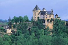 The chateau de Montfort is placed high on a rocky ledge overhanging the village of Montfort, and the cliffs and broad meander in the Dordogne river below.