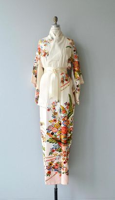 Vintage 1950s cream silk kimono with bright and graphic floral print and long cream sash belt. ✂-----Measurements fits like: free size bust: free waist: free length: 58 brand/maker: n/a condition: excellent ✩ layaway is available for this item to ensure a good fit, please read the sizing guide: http://www.etsy.com/shop/DearGolden/policy ✩ visit the shop ✩ http://www.DearGoldenVintage.etsy.com